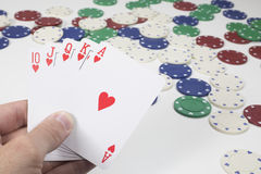 Jugador que lleva a cabo una escalera real recta en póker Imagen de archivo