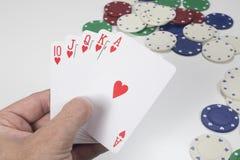 Jugador que lleva a cabo una mano de póker que gana Fotos de archivo libres de regalías