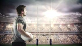 Jugador serio del rugbi que celebra la bola ilustración del vector