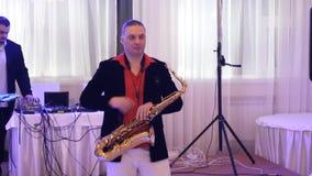 Jugador y ingeniero de sonido de saxofón en el trabajo metrajes