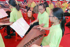 Jugadores chinos del guzheng de la orquesta del taoist de Macao Foto de archivo