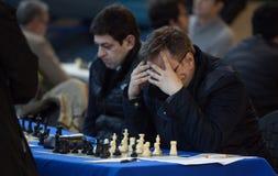 Jugadores de ajedrez durante gameplay en un detalle local del torneo Imagen de archivo libre de regalías