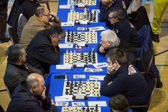 Jugadores de ajedrez durante gameplay en un torneo local Fotografía de archivo