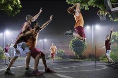 Jugadores de básquet en la acción en corte Imagen de archivo