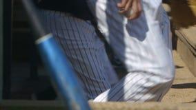 Jugadores de béisbol funcionados con de cobertizo en la cámara lenta