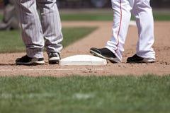 Jugadores de béisbol y base fotografía de archivo