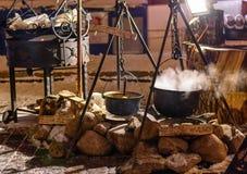 Jugadores de bolos con el vino y la sopa calientes en la noche de la Navidad tradicional Fotos de archivo libres de regalías