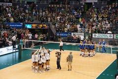 Jugadores de equipo del voleibol de las mujeres altos cinco en un círculo después del juego Imagenes de archivo
