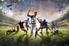 Jugadores de fútbol adultos de los niños del collage en la acción en panorama del estadio