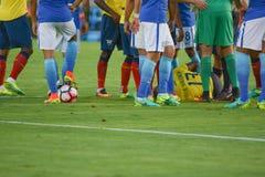 Jugadores de fútbol alrededor del jugador en el piso durante el Ce de Copa América Imagen de archivo libre de regalías
