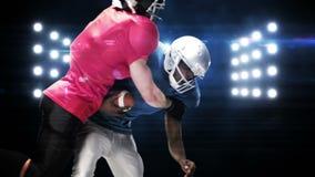 Jugadores de fútbol americano contra luces que destellan metrajes