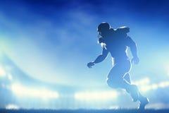 Jugadores de fútbol americano en el juego, corriendo Foto de archivo libre de regalías