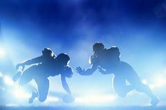 Jugadores de fútbol americano en el juego, momento del aterrizaje