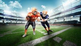 Jugadores de fútbol americano en hierba verde fotos de archivo