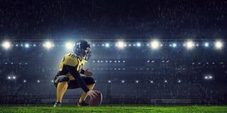 Jugadores de fútbol americano en la arena Técnicas mixtas imagenes de archivo