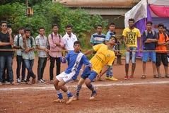 Jugadores de fútbol en campo Fotos de archivo