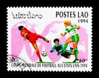 Jugadores de fútbol en el mapa del mundo, serie del fútbol del mundial, circa 199 Foto de archivo libre de regalías