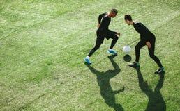 Jugadores de fútbol en la acción en campo Fotografía de archivo