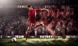 Jugadores de fútbol en la acción en la representación del fondo 3d del estadio Imagenes de archivo