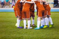 Jugadores de fútbol jovenes del fútbol en ropa de deportes anaranjada Equipo de deportes joven Foto de archivo libre de regalías