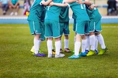 Jugadores de fútbol jovenes del fútbol en ropa de deportes de la aguamarina Equipo de deportes joven Fotografía de archivo libre de regalías