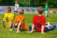 Jugadores de fútbol jovenes en el lugar de deporte fotografía de archivo libre de regalías