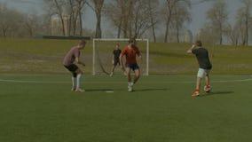 Jugadores de fútbol jovenes en la acción en campo de deportes almacen de video
