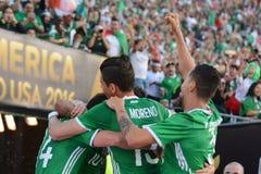 Jugadores de fútbol mexicanos que celebran meta Imagenes de archivo