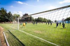 Jugadores de fútbol que cuentan con la bola Foto de archivo libre de regalías