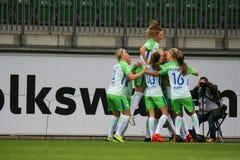 Jugadores de fútbol de sexo femenino de VfL que celebran una meta durante un partido de UWCL fotografía de archivo