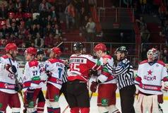 Jugadores de hockey de CSKA (Moscú) y del Donbass (Donetsk) Imágenes de archivo libres de regalías