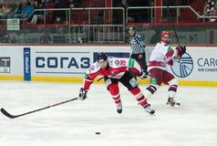 Jugadores de hockey de CSKA (Moscú) y la lucha de Donbass (Donetsk) para el duende malicioso Imágenes de archivo libres de regalías