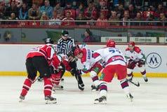 Jugadores de hockey de CSKA (Moscú) y la lucha de Donbass (Donetsk) para el duende malicioso Imagen de archivo