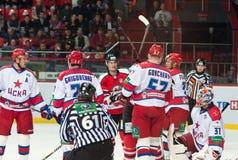 Jugadores de hockey de CSKA (Moscú) y la lucha de Donbass (Donetsk) para el duende malicioso Foto de archivo libre de regalías