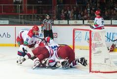 Jugadores de hockey de CSKA (Moscú) y la lucha de Donbass (Donetsk) para el duende malicioso Foto de archivo