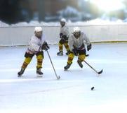 Jugadores de hockey de los muchachos del entrenamiento en la forma encendido Imagen de archivo