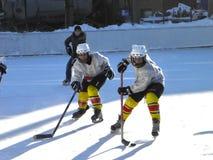 Jugadores de hockey de los muchachos del entrenamiento en la forma encendido Imagen de archivo libre de regalías