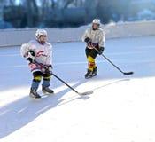 Jugadores de hockey de los muchachos del entrenamiento en la forma encendido fotografía de archivo libre de regalías