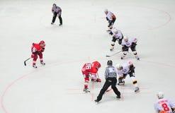 Jugadores de Hokey en el hielo Foto de archivo libre de regalías