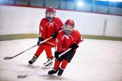 Jugadores de los muchachos de la juventud del hockey en el hielo foto de archivo libre de regalías