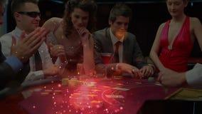 Jugadores de póker alrededor de una tabla del póker con la animación de efectos luminosos en el primero plano almacen de metraje de vídeo