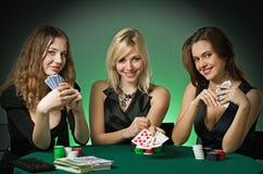 Jugadores de póker en casino con las tarjetas y las virutas fotografía de archivo
