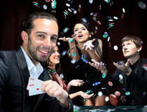Jugadores de póker que se sientan alrededor de una tabla Fotos de archivo libres de regalías