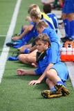 Jugadores de repuesto que ponen en campo de fútbol Fotografía de archivo libre de regalías