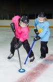 Jugadores de Ringette en la acción en la pista del hockey Foto de archivo libre de regalías