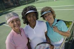 Jugadores de tenis mayores de sexo femenino felices Fotos de archivo libres de regalías