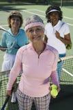 Jugadores de tenis mayores de sexo femenino felices Imagen de archivo