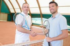 Jugadores de tenis que sacuden las manos foto de archivo libre de regalías