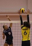 Jugadores de voleibol de las mujeres en la acción Imágenes de archivo libres de regalías
