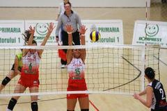 Jugadores de voleibol de las mujeres en la acción Imagen de archivo
